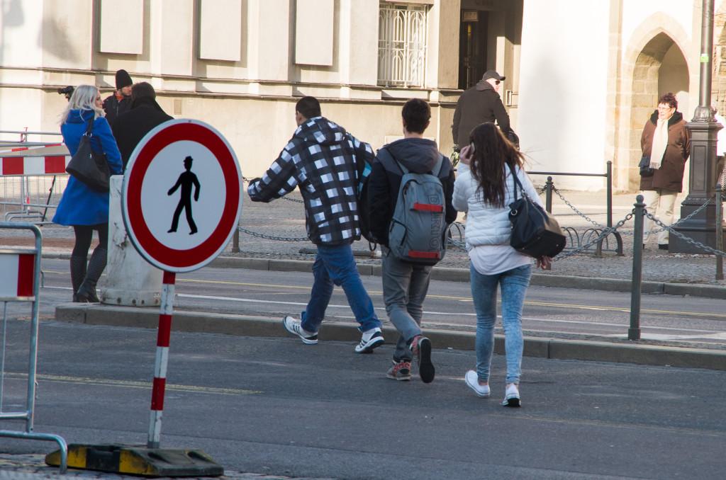 Lidé přecházejí silnici u Zelené brány i přes zákaz